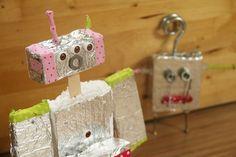 POTŘEBUJEME:  kousky polystyrénu alobal očička a jiné ozdůbky šroubky různých velikostí lepící pásky a lepidlo    Polystyren nařežte na ...