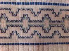 Toalha de rosto bordada em vagonite. Huck Towels, Swedish Weaving Patterns, Swedish Embroidery, Monks Cloth, Weaving Designs, Bargello, Darning, Animals And Pets, Fabric Crafts