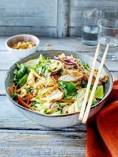 Thai-Salat mit Hähnchen - Salat-Rezepte und leckere Dressings noodles, # chicken, # chili and # limes form the basis of this delicious Thai salad. Salted peanuts provide the extra crunch. Just the right dinner to recharge your batteries after a Yummy Chicken Recipes, Shrimp Recipes, Beef Recipes, Vegetarian Recipes, Yummy Food, Healthy Recipes, Healthy Food, Easy Recipes, Asia Salat
