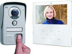 ELRO Video-deurintercom met vingerscanner - VD71F NLMet één vinger de deur ontgrendelen! Deze video-deurintercom biedt u extra veiligheid en gemak. U ontgrendelt de deur door middel van een vingerscan. U heeft dus geen sleutels meer nodig d...ie kwijt kunnen raken of gestolen kunnen worden. Het systeem heeft een geheugen voor 4 x 20 vingerafdrukken. Op het heldere 7 inch kleurenscherm ziet u direct wie er voor de deur staat. Bediening via het touchscreen.