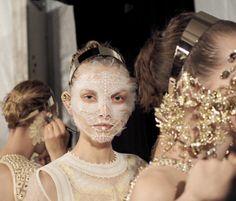 Pat McGrath pendant le défilé Givenchy