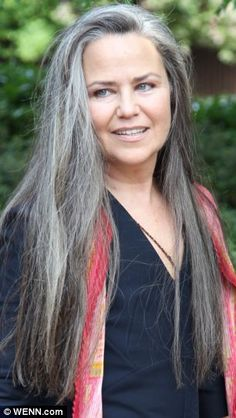 Longs cheveux gris - Transitioning To Grey Hair - Cheveux Long Gray Hair, Grey Wig, Silver Grey Hair, Silver Haired Beauties, Grey Hair Inspiration, Salt And Pepper Hair, Natural Hair Styles, Long Hair Styles, Great Hair