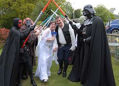 une haie d'honneur de sabres lasers pour mariage geek