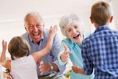 Los abuelos juegan un importante papel en la familia para los niños.    Los abuelos son, en muchos casos, los encargados de cuidar a sus nietos, sobre todo en los casos de madrestrabajadoras. Pero su papel va más allá: son mediadores familiares, un modelo de envejecimiento y