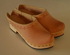 Leather clogs with wooden sole rubber layer by FeiradeBarcelos