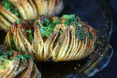 A recipe for vegan hasselback potatoes using no dairy or gluten but packing in plenty of flavour!