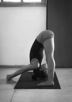 How to do Prasarita Padottanasana (Wide Legged Forward Bend Pose) Yoga Benefits Yoga Fitness, Fitness Noir, Yoga Stretching, Yoga Moves, Pilates Yoga, Pilates Reformer, Yoga Position, Yoga Pictures, Yoga Pics