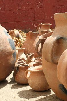 Venta de cerámica en el mercado de Todos Santos. Cuchumatanes, Huehuetenango. Guatemala. By MagaCirce.