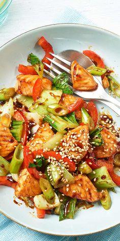 """Der Teriyaki-Lachs von unserer Bloggerin Susanne schmeckt mit viel Gemüse herrlich frisch und lecker! Durch eine Würz-Paste aus unserer """"Ideen vom Wochenmarkt""""-Reihe kommt außerdem ein Hauch von japanischem Geschmack auf die Teller. Viel Spaß beim Nachmachen und guten Appetit."""