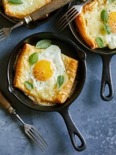 Try out this so fancy, yet so easy savory breakfast tart recipe. If you love egg and cheese sandwiches, then this is the perfect combination of both. All you need is a sheet of frozen puff pastry, some eggs, and a pile of grated cheddar chees Fun Baking Recipes, Brunch Recipes, Breakfast Recipes, Cooking Recipes, Savory Breakfast, Pastry Recipes, Breakfast Sandwiches, Bacon Recipes, Breakfast Smoothies
