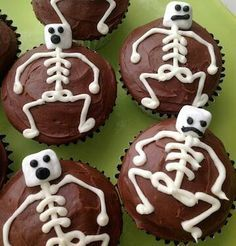 25 deliciously spooky Halloween cupcakes - My Mommy Style - - A roundup of the cutest Halloween cupcakes that are almost too spooky to eat. These would be perfect for your next Halloween party! Buffet Halloween, Halloween Torte, Pasteles Halloween, Bolo Halloween, Recetas Halloween, Dessert Halloween, Halloween Donuts, Halloween Treats For Kids, Halloween Party Snacks