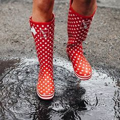 🚗 Driving to work this morning I was thinking when the rain would fall again 💦, there is still no sign of rain here in the UK! 😎 So we can only wish for some serious puddles to jump in! Love this shot! Funky Wellies, Puddle Jumping, British Countryside, Btob, British Style, About Uk, Winter Boots, Showroom, Rubber Rain Boots