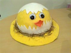 Chicken Styled Easter Bonnet. This adorable Easter bonnet with chicken style is made up of yellow and white craft paper. Glue the eye and mouth, then put some straws to decorate it. http://hative.com/cool-easter-bonnet-or-hat-ideas/