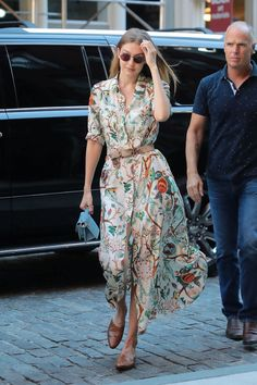 Gigi Hadid in New York Street style 2018 Glamour Pics, Gigi Hadid Outfits, Floral Shirt Dress, Celebrity Outfits, Couture Collection, Beautiful Gowns, Women's Fashion Dresses, Streetwear Fashion, Stylish Outfits