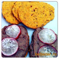 Biscuiti crocanti fara gluten, cu ceapa si rozmarin si pate de ficat de vitel cu oregano, rozmarin si busuioc
