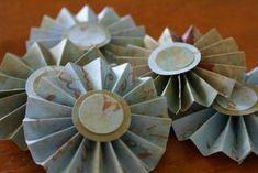Paper Rosette Tutorial. I've made these, they look great!!