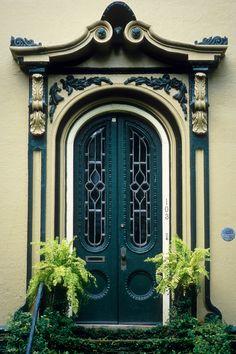 ₪portas - Green door in La Spezza, Italy. Door Entryway, Entrance Doors, Doorway, Entryway Ideas, Grand Entrance, Cool Doors, Unique Doors, Door Knockers, Door Knobs