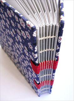 https://flic.kr/p/9458oE | Vista de cima da concertina | Duas novidades Zoopress juntas em um só livro: concertina e faixas em tecido. Assim a costura códex fica muito mais charmosa!