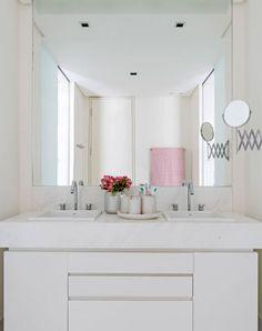 O banheiro, projetado pela arquiteta Lindamar Elias, prioriza o design clean e a praticidade. O tom de rosa-quartzo aparece na toalha do Mundo do Enxoval. Ao lado das peças da linha Botton Swarovski, ele deixa o ambiente feminino e luxuoso.
