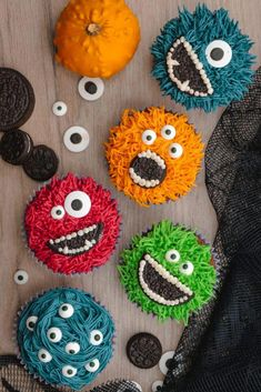 Halloween Cupcakes: Monster Cupcakes Monster Halloween Cupcakes- Grass icing tip, colored frosting, eye balls, and OREO cookies Halloween Desserts, Halloween Torte, Pasteles Halloween, Halloween Cupcakes Easy, Halloween Food For Party, Halloween Cookies, Halloween Birthday, Easy Halloween, Halloween Treats