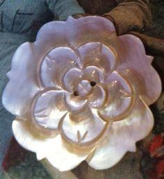 A Large Vintage Carved Mother of Pearl MOP ROSE por nanaluluslinens