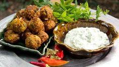 Onion Bahji with raita. Savory Snacks, Indian Dishes, Tandoori Chicken, Pesto, Mashed Potatoes, Cauliflower, Onion, Food To Make, Nom Nom