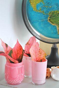 kleine Vasen aus alten Gläsern basteln und in Rosa färben