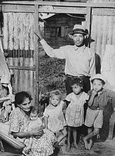 Un trabajador de la caña con su familia en Yabucoa, Puerto Rico (1942)