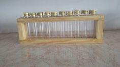 Porta-Temperos feito a partir de madeira reaproveitada de pallets, com 10 tubos de tampas douradas,.Madeira maciça, certificada (pinus), de excelente qualidade e procedência. <br>Peça feita artesanalmente, enverniizada com brilho ou fosco. Produto 100% feito a mão e com foco na sustentabilidade. Aceito encomendas para outras quantidades de tubos. <br>Esta peça tem diversas utilidades, podendo ser multiuso (remédios, botões, confeitos, etc). <br>Em Curitiba, a entrega é em mãos.
