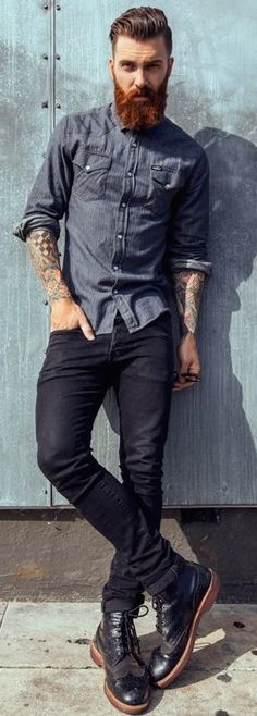 A navy chambray long sleeve shirt and black jeans will infuse your day-to-day arsenal this relaxed and dapper vibe. Power up this getup with a pair of black leather brogue boots. Mode Masculine, Portrait Male, Style Hipster, Look Man, Leather Brogues, Black Brogues, Black Boots, Beard Tattoo, Men Street