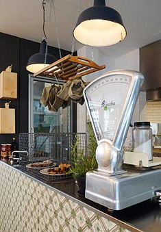 Tile on counter front, pendants / theresa // grill – restaurant – bar // münchen