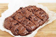 Vegan brownies with avocado Vegan Avocado Brownies, Vegan Brownie, No Bake Desserts, Dessert Recipes, Sweet Recipes, Vegan Recipes, Healthy Bars, Foods To Eat, Vegan Baking