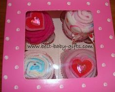 baby cupcakes (rolled onesies and washcloths in a cupcakes box) Creative Baby Gifts, Best Baby Gifts, Baby Shower Games, Baby Shower Parties, Homemade Baby Shower Decorations, Newborn Gifts, Newborn Babies, Baby Gift Wrapping, Homemade Baby Gifts