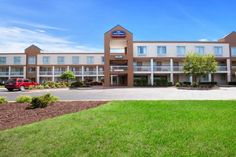 Howard Johnson Metro Airport Romulus (Michigan) Less than 2 miles away from Detroit Metropolitan Wayne County Airport, this hotel offers free 24-hour airport shuttle service, complimentary daily breakfast and free WiFi.