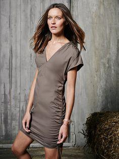 NR. 124-022014-DL  Kleid - kurz oder knielang     Dieses Kleid lässt sich von minikurz bis knielang tragen – je nachdem, wie weit man es an den Seitenbändchen rafft    Sie brauchen:   Baumwoll-Popeline, querelastisch, 150 cm breit: 1,35 – 1,35 – 1,35 – 1,40 – 1,40 m. Vlieseline Formband.       Stoffempfehlung: Leichte, elastische Kleiderstoffe.