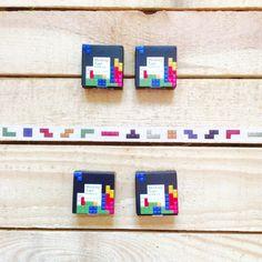 Washi tape piezas Tetris. ¿Recuerdas este juego que tanto te gustaba? Ahora puedes usar esta cinta decorativa del clásico Tetris en todo lo que quieras.