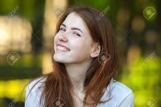 Портрет молодой рыжий женщина улыбается в камеру Открытый размытый лес парк фон Фотография, картинки, изображения и сток-фотография без роялти. Image 63008437.