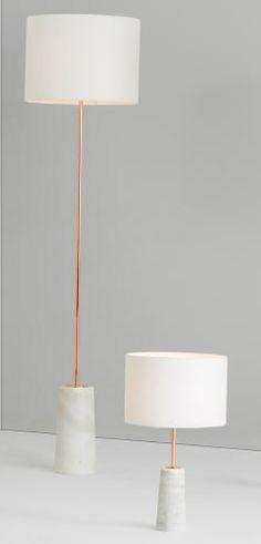 L'abat-jour est tissé en lin, un choix des plus judicieux. Sa texture subtile offre un parfait contraste avec la base en marbre lisse.