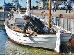 KAREN får sine nye navneskilte, skåret af et af kvaselagets medlemmer, Niels Normand, der her ses i gang med monteringen under en ceremoni i Bogø Havn. 27. september 2015.