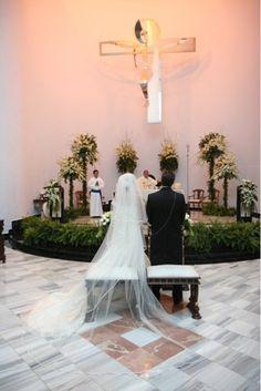 Al elegir una iglesia debemos de tomar en cuenta que en el altar siempre lucirán 6 Arreglos de una sola vista hechos a base de Lilis,Nardos, Margaritas y follajes como las monsteras, massangeanas y unas macetas de helechos para las escaleras. Fotógrafo: Rollo Digital.