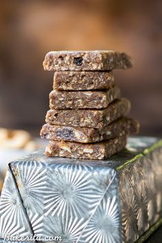 This Homemade Apple Pie Larabar Recipe is super simple and incredibly delicious - it requires no baking, and it's the perfect gluten-free, Paleo, vegan, and snack. Healthy Vegan Snacks, Paleo Vegan, Healthy Eats, Vegan Vitamix Recipes, Paleo Bars, Paleo Brownies, Vitamix Blender, Blender Recipes, Vegan Raw