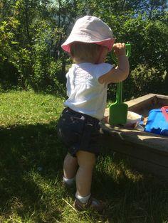 Benen från ett par gravidbyxor syddes mycket enkelt om till barnshorts! Bucket Hat, Fashion, Moda, Bob, Fashion Styles, Fasion, Panama