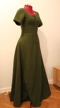 Lovely green wool cotehardie. Link has photos of various stages of construction