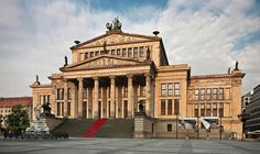 Au cours des dernières années, Berlin est une ville devenue un aimant pour les amoureux de culture et les jeunes artistes contemporains, dont l'influence a été ressentie dans tout le pays. Cette ville regroupe de nombreux édifices culturelles et des manifestations emblématiques, qui ont inspiré de nombreuses générations d'artistes. Découverte. Le patrimoine culturel de Berlin La gare Hamburger, un monument de l'industrie, a été transformée en Musée für Gegenwart, un temple de l'art moderne…