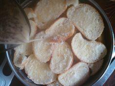 Jak připravit tradiční žemlovku | recept 1 bílá bageta 125 g másla 400 g nakyslých jablek 250 ml smetany ke šlehání 250ml polotučného mléka 6 lžic hnědého cukru 3 vejce 2 lžíce rozinek 1 lžička mleté skořice 1 lžička citrónové kůry 1 špetka soli