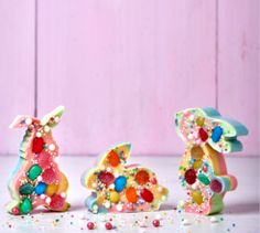 How cute are these rainbow sweetie bunnies made with chocolate and your favourite jelly sweets. Marshmallow Eggs, Pulled Chicken Tacos, Buckwheat Salad, Jelly Tots, Bunny Tail, Poke Cakes, Easter Chocolate, Easter Recipes, Perfect Food