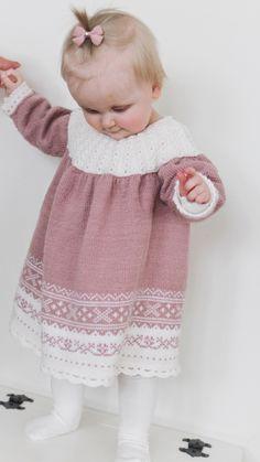 Er det mange av dere som har strikka denne kjolen før ? Eller som har den i bruk etter noen andre... Girls Dresses, Flower Girl Dresses, Dere, Getting Old, Henna, Wedding Dresses, Fashion, Moda, Dresses For Girls