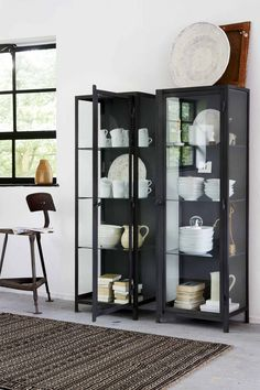 Zwarte vitrinekast uit de vtwonen collectie | Black display cabinet from the vtwonen collection | vtwonen 11-2017 | Fotografie Dennis Brandsma | Styling Fietje Bruijn