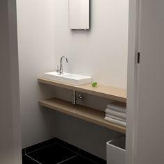Clou - Mini Wash Me concept toiletruimte. Deze ruimte is voorzien van een Match Me planchet met daarop de Mini Wash Me fontein geplaatst.