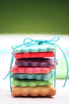 Receta de galletas de colores http://charhadas.com/ideas/16097-cocinar-con-ninos-esta-semana-santa